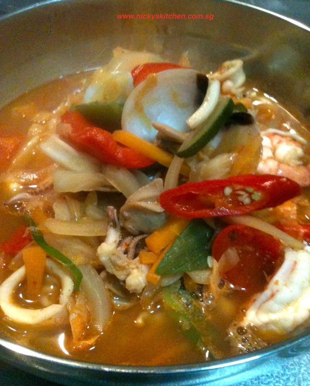 Tonight's menu is Seafood Jjam bbong(해물 짬뽕)!
